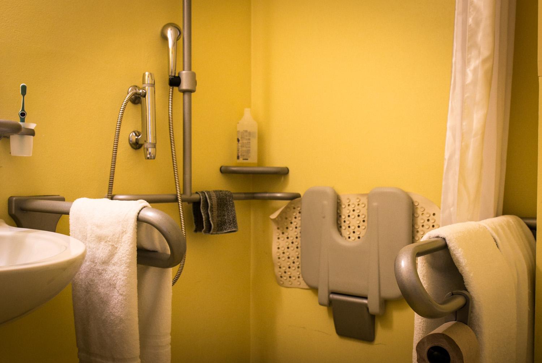Alzheimer 7 consigli per fare il bagno al proprio caro - Cosa fare per andare in bagno ...