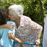 Persone anziane: i benefici di un abbraccio