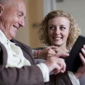 caregiver sandwich schiacciati tra genitori anziani e figli